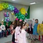 """Децата от група """"Незабравка"""" и техните цветни следички"""